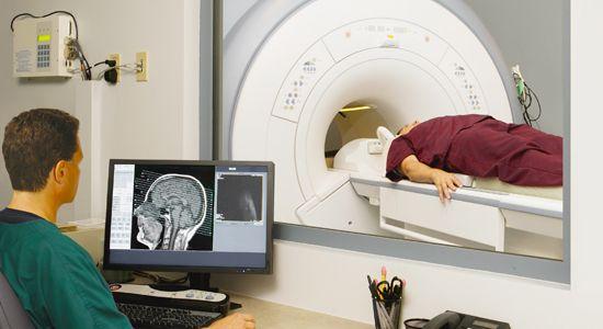 врач проводит МРТсканирование головного мозга